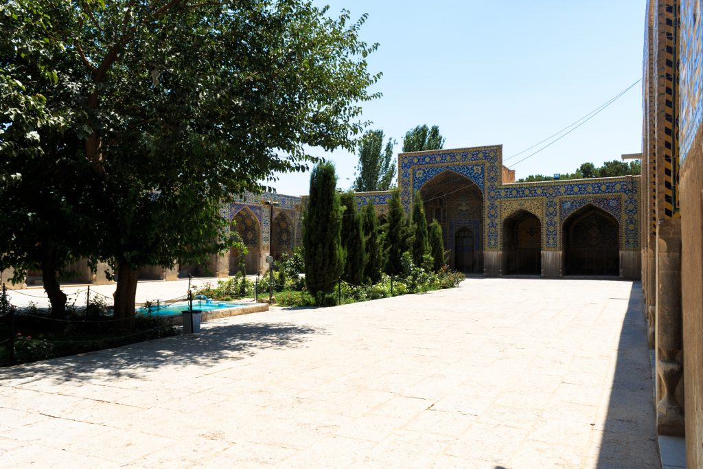 Ogrody w meczecie Shah sprawiają, że przyjemnie jest tu spędzać czas.