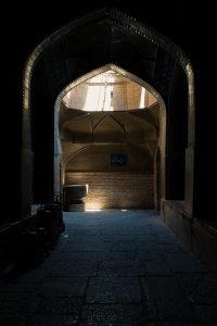 Boczne przejście gdzieś wewnątrz meczetu Shaha.