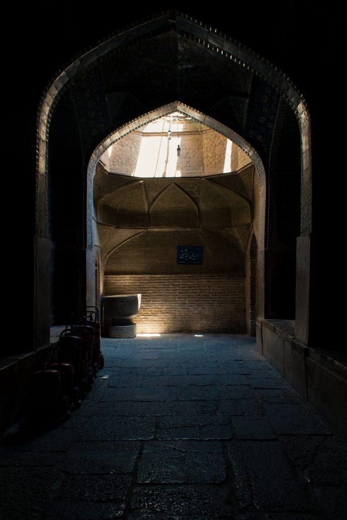 Boczne przejście, gdzieś wewnątrz meczetu Shaha.
