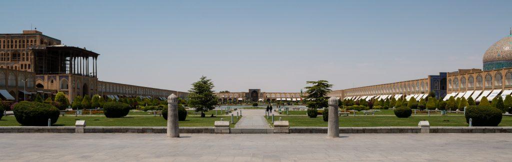 Placu Imama Chomeiniego z pałacem Ali Qapu po lewej i meczetem Sheikh Lotfollah po prawej.
