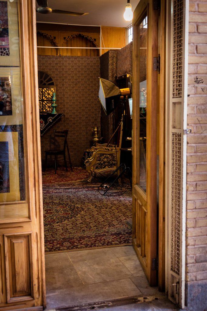 Salon fotograficzny w Isfahanie. U nas najczęściej stosuje się mocne akcenty w stroju lub wyglądzie fotografowanej osoby, a w Iranie główną rolę odgrywa tło i elementy dekoracji.