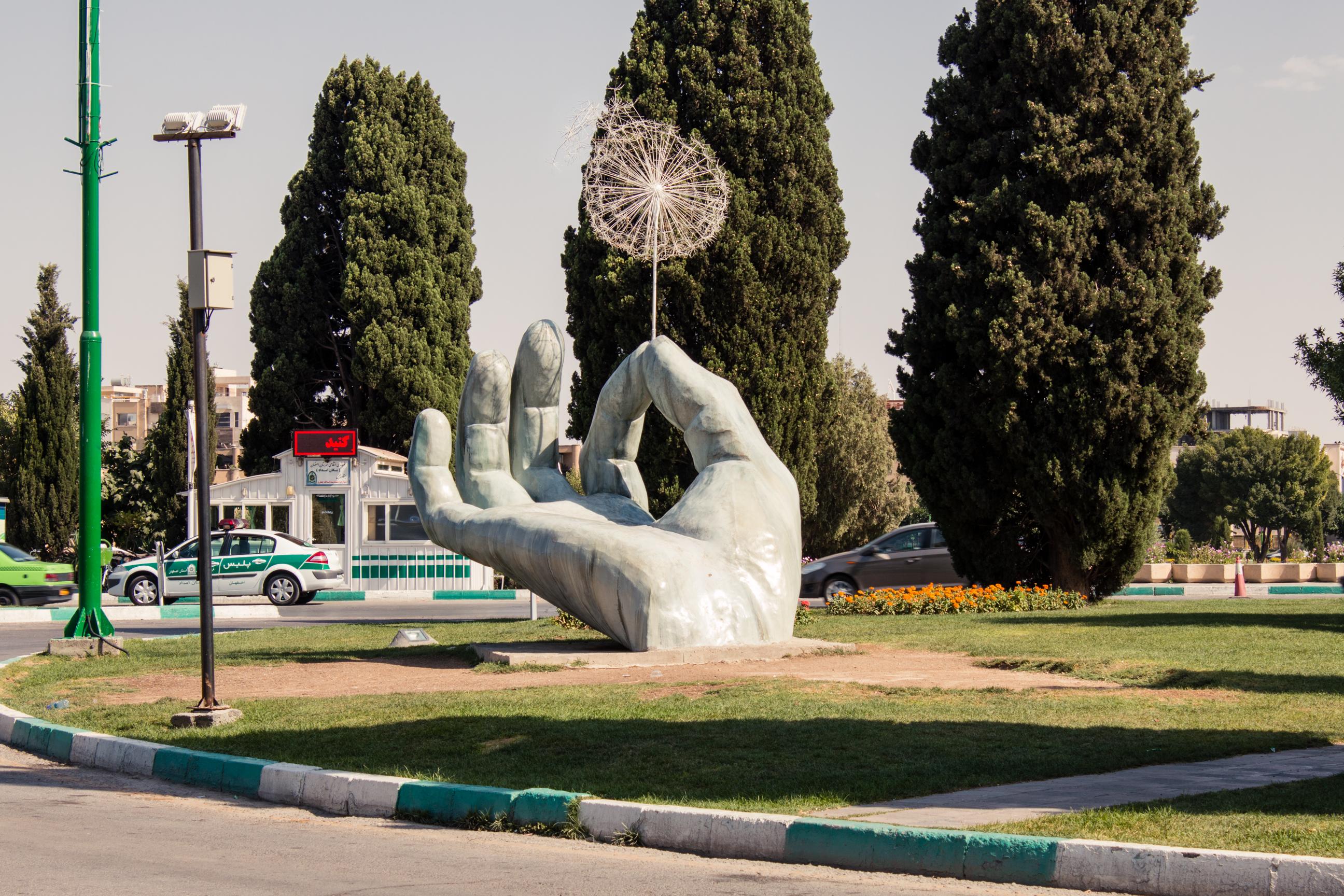 Pomniki i rzeźby to raczej rzadkość w Iranie. Ten dmuchawiec stoi blisko rzeki i kojarzy mi się z jej zanikiem. :(
