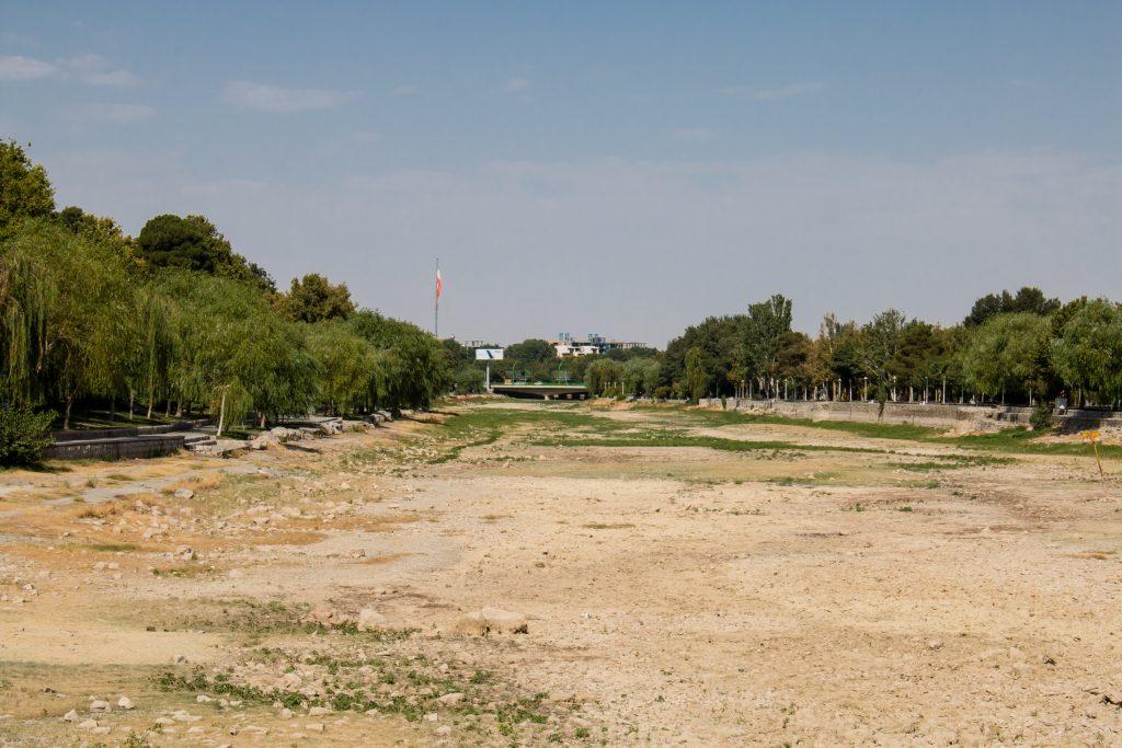Wyschnięta rzeka Zayanderud. Jeszcze 10 lat temu wysychała okresowo, w tym momencie nie dopływa już do Isfahanu wcale.