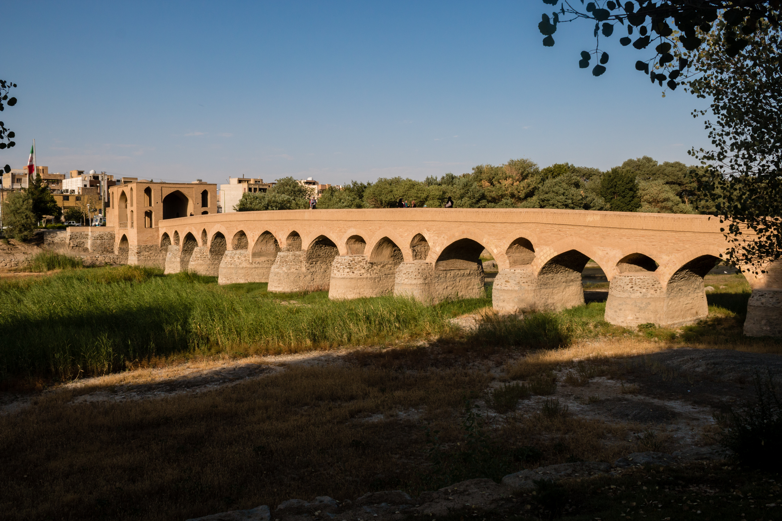 Most Shahrestan - najstarszy most na rzecze Zayanderud. Jego fundamenty datuje się na III w. n.e.