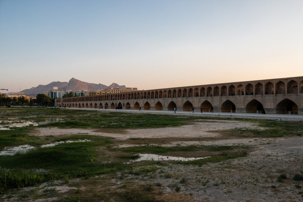 Most Si-o-seh Pol posiada 33 przęsła i często tak jest nazywany - Most 33 Przęseł (albo Most 33 Łuków).