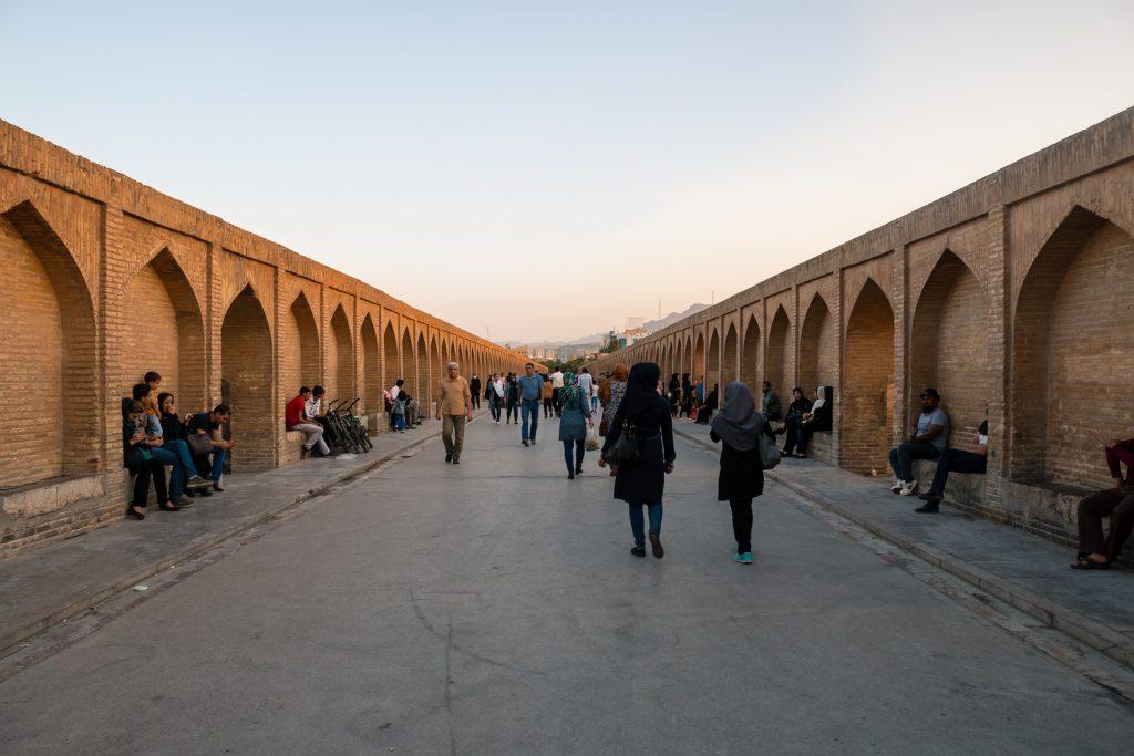 Most Si-o-seh Pol ma długość prawie 300-metrów, a jego budowę zakończono w 1602 roku. Jest to jeden z najważniejszych zabytków Isfahanu.