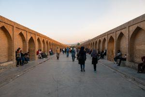 Most Si-o-seh Pol - blisko 300-metrowy most. Jeden z ważniejszych zabytków Isfahanu. Budowę mostu zakończono w 1602 roku.