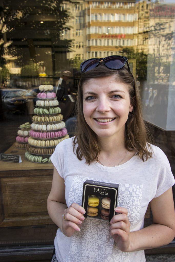 Asia promuje makaroniki w Pradze. Kto chętny do kupienia?