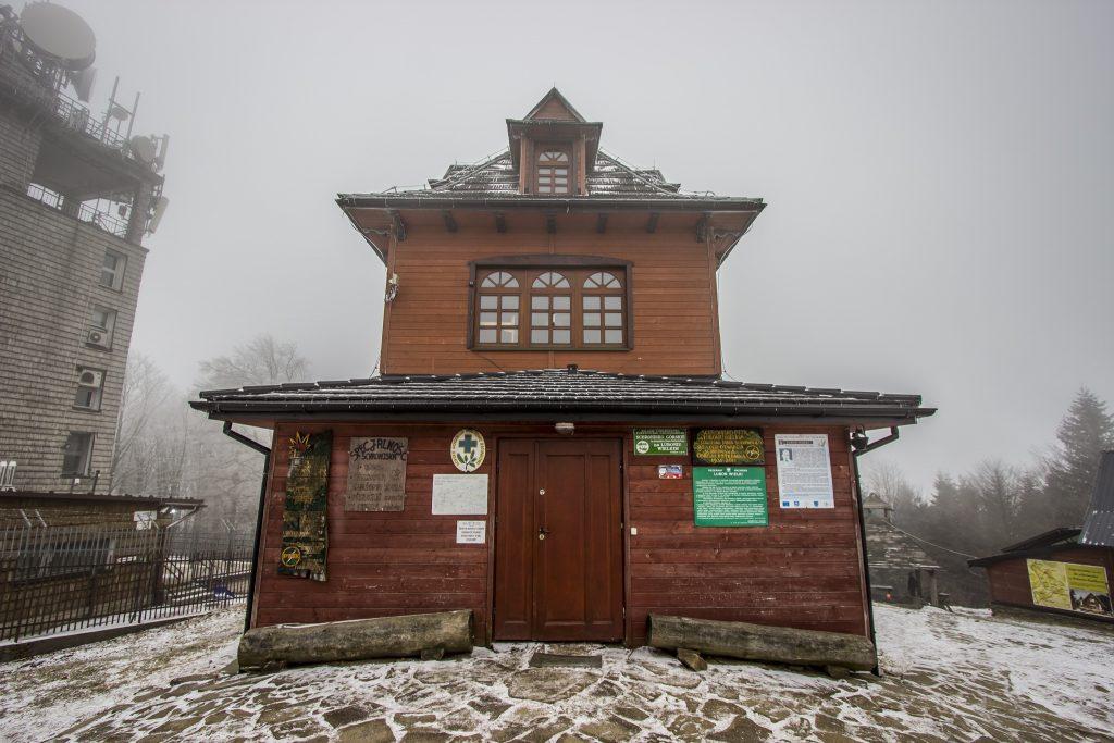 Charakterystyczne schronisko PTTK na Luboniu Wielkim