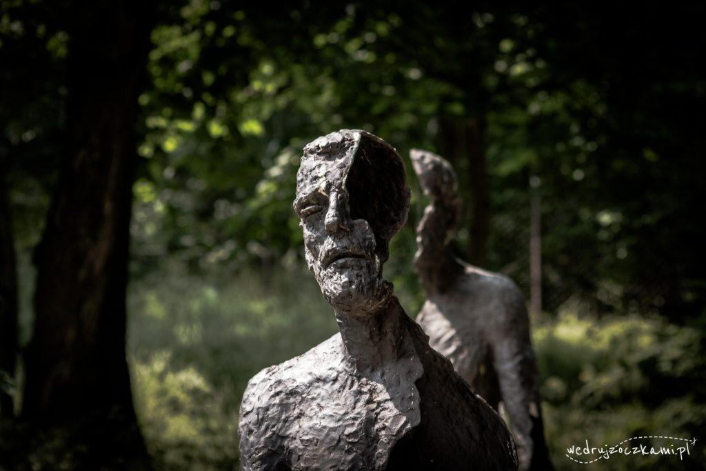 """Po drodze do kolejki znajduje się rzeźba """"Znikający Człowiek"""", której autorem jest Olbram Zoubek, czeski rzeźbiarz. Jest to tak naprawdę Pomnik Ofiar Komunizmu, przedstawiający kilka """"znikających"""" figur oraz ukazujący, jak niszczycielski wpływ miał ten system na człowieka. Na mnie zrobił piorunujące wrażenie."""