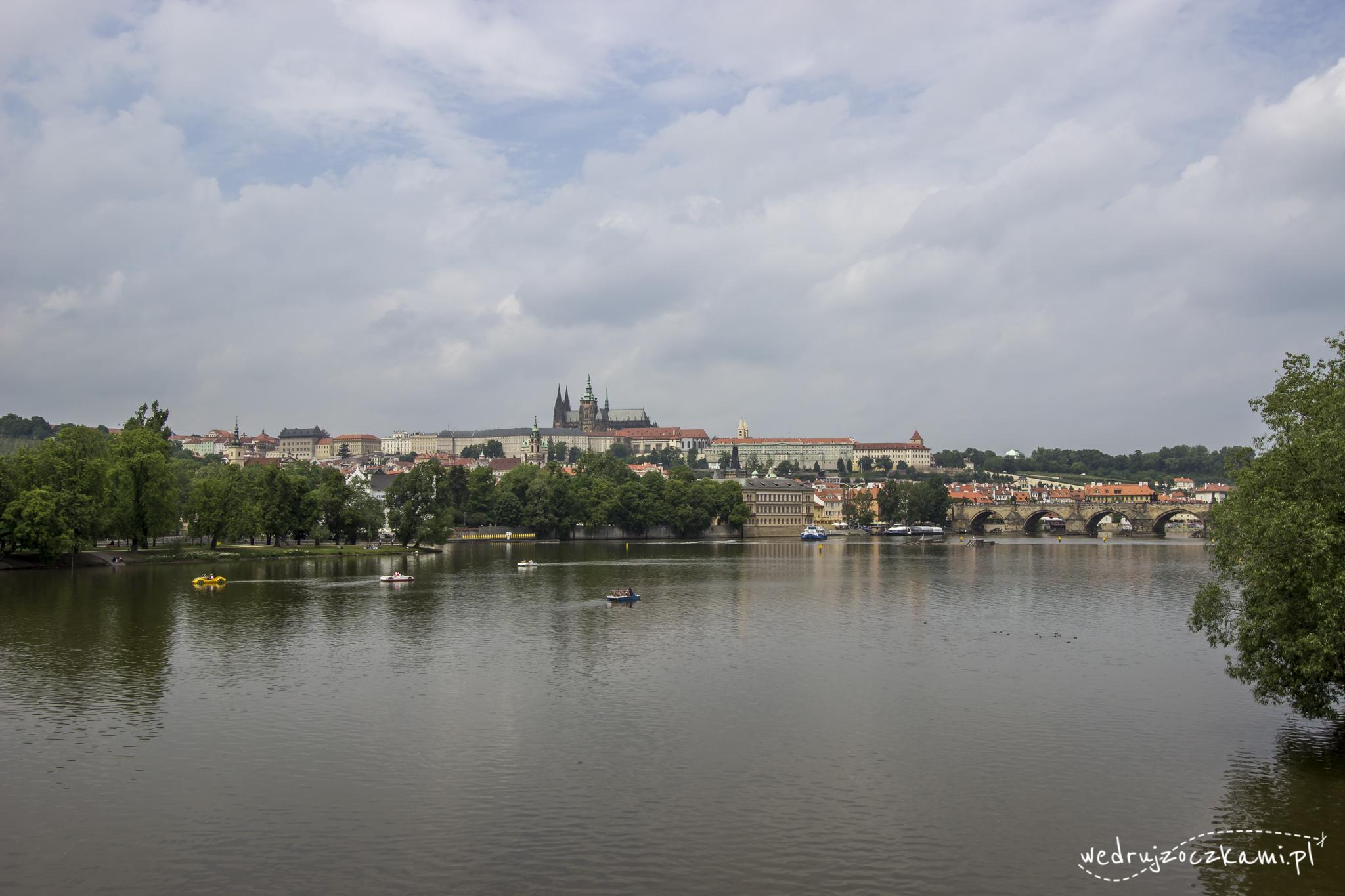 Widok na ogromny Zamek Praski, z górującą Katedrą św. Wita. Po prawej fragment Mostu Karola.
