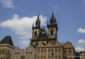 Charakterystyczne wieżyczki kościoła Tyńskiego na Rynku Staromiejskim.