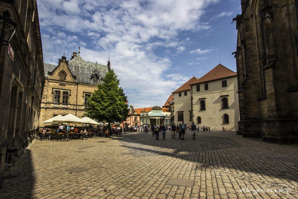 Zamek Praski, na ostatnim planie (czerwono-beżowa budowla) to Bazylika św. Jerzego