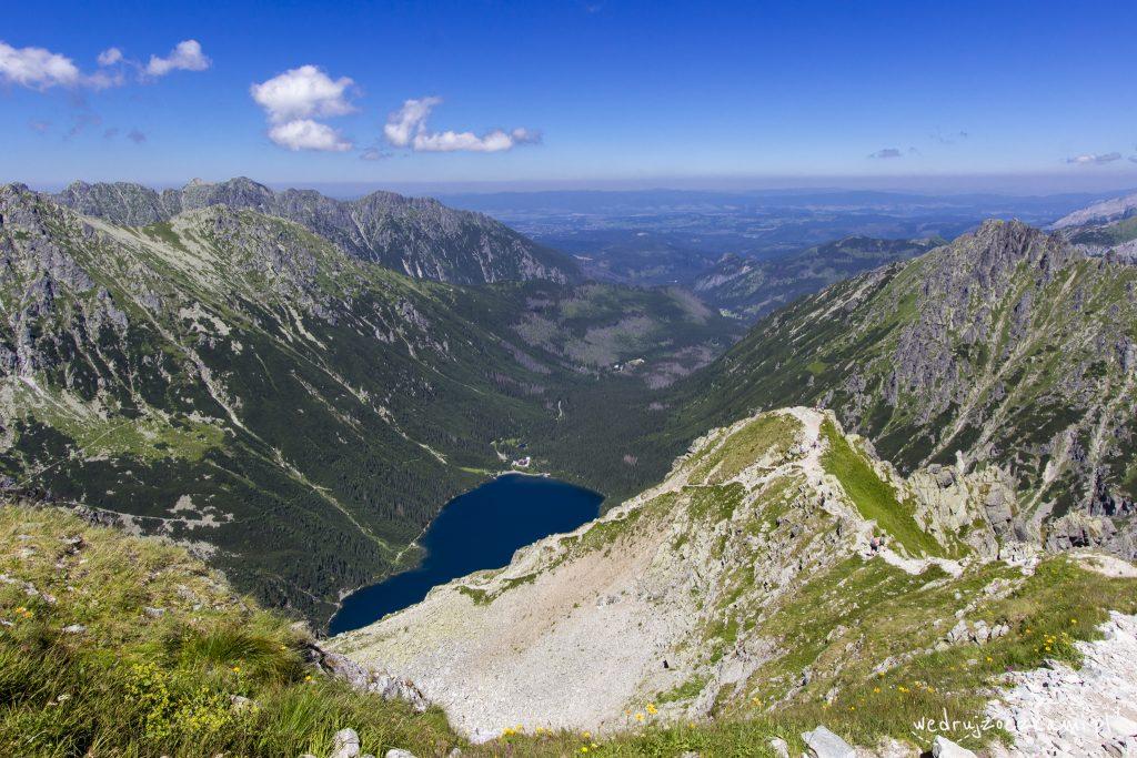 Na pierwszym planie Kazalnica, dalej Morskie Oko i Dolina Rybiego Potoku