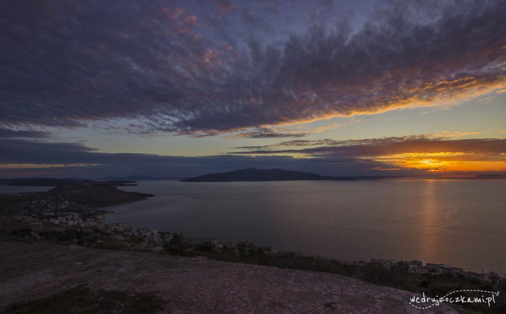 Widok na grecką wyspę Korfu oraz wysepki Ksamil po lewej