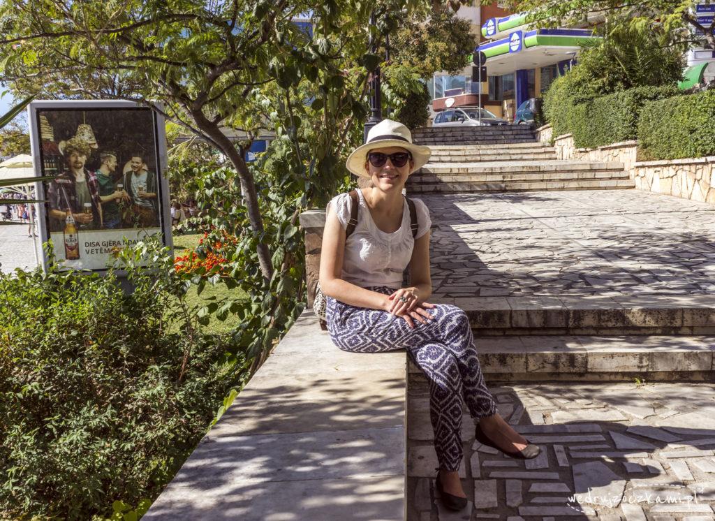 Lekkie przewiewne ubrania, okulary przeciwsłoneczne, kapelusz i plecak, wszystko na swoim miejscu, więc można zwiedzać. ;)