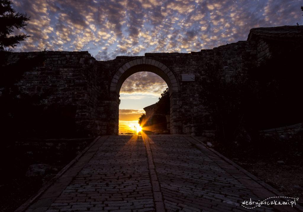 Wejście do ruin twierdzy Lekures