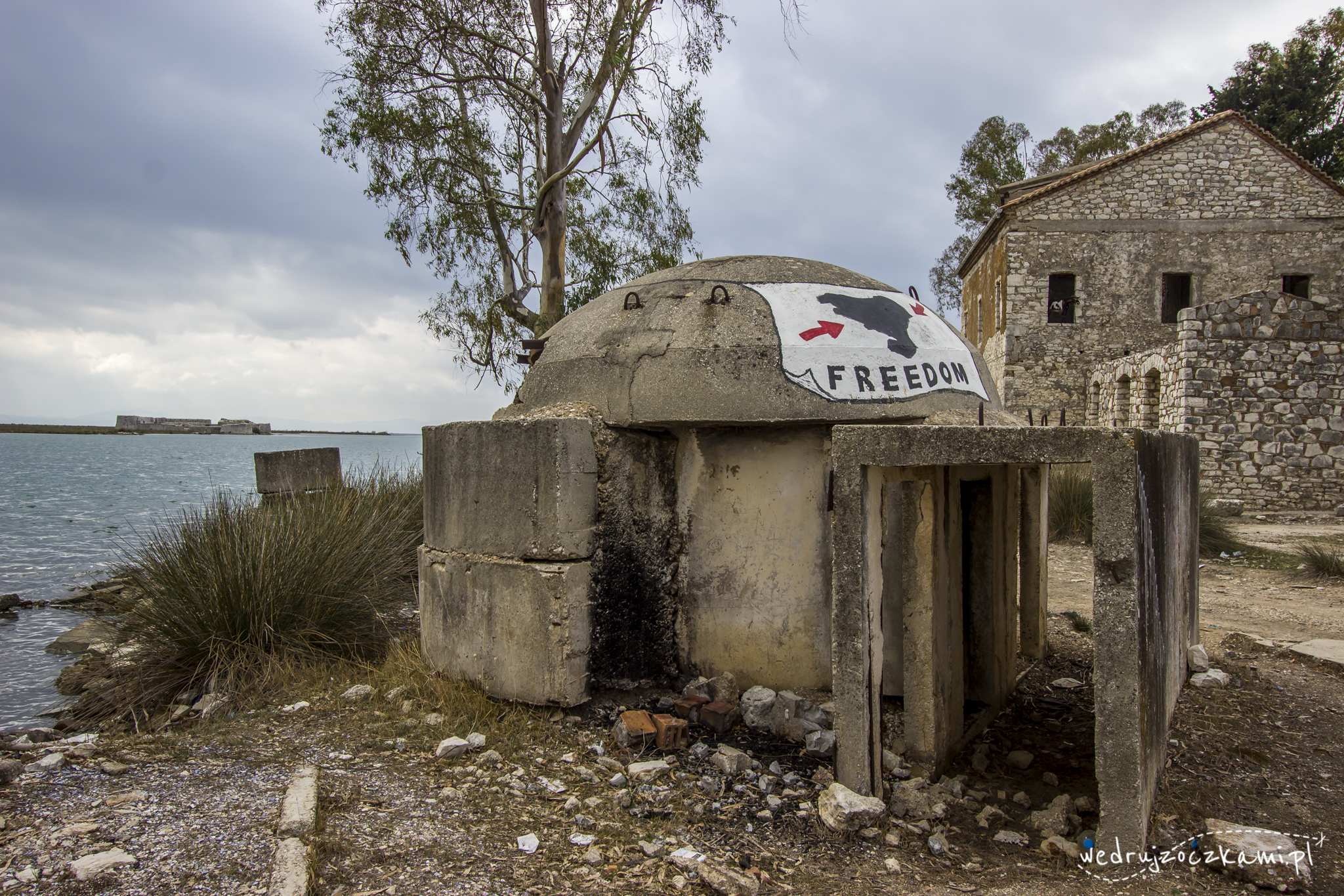 Jeden z wielu albańskich bunkrów.