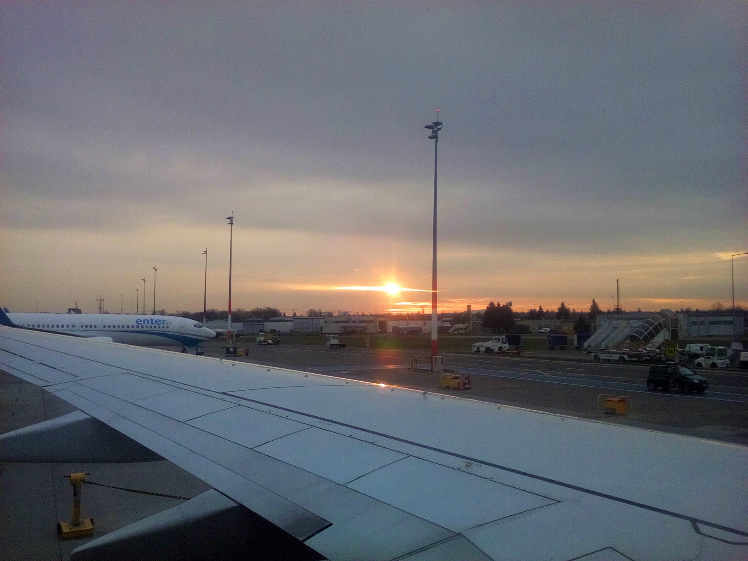 Tuż przed lotem. Wschód słońca na lotnisku w Poznaniu.