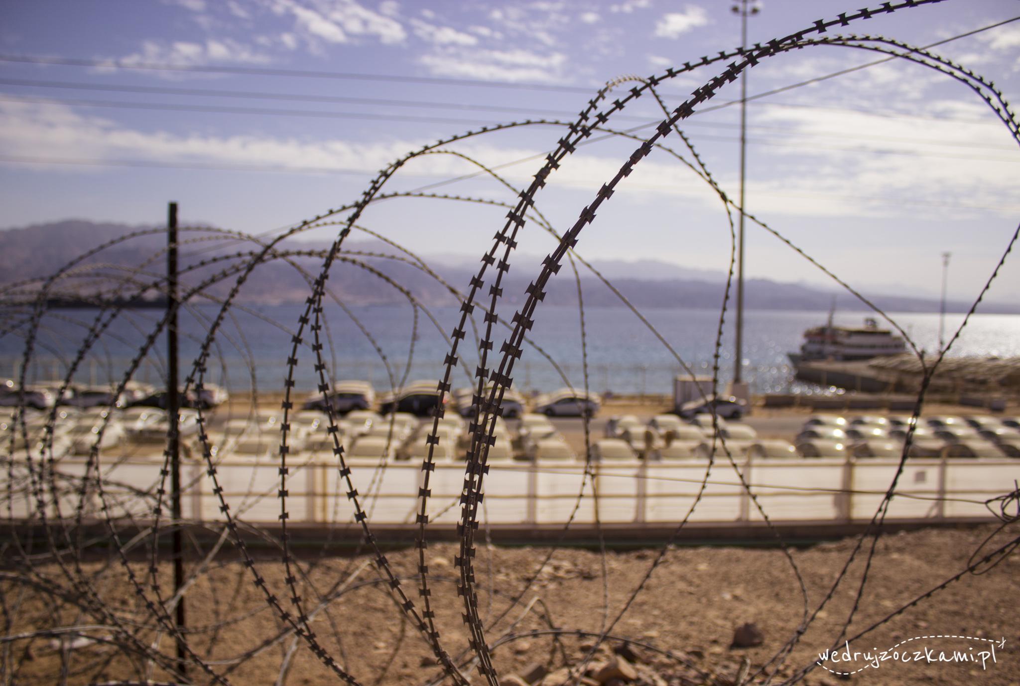 Eilat. Takie druty widzieliśmy w wielu miejscach. W tle importowane auta i Morze Czerwone.
