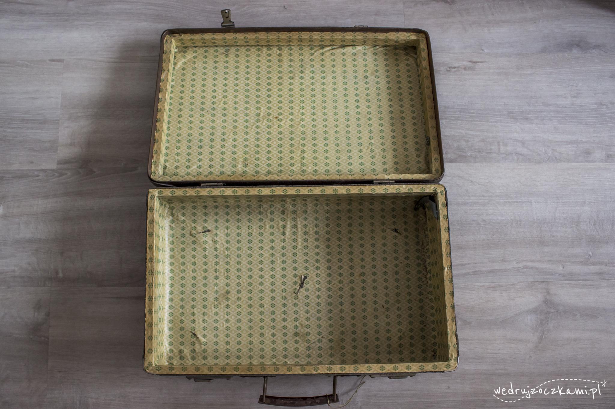 Wnętrze starej walizki