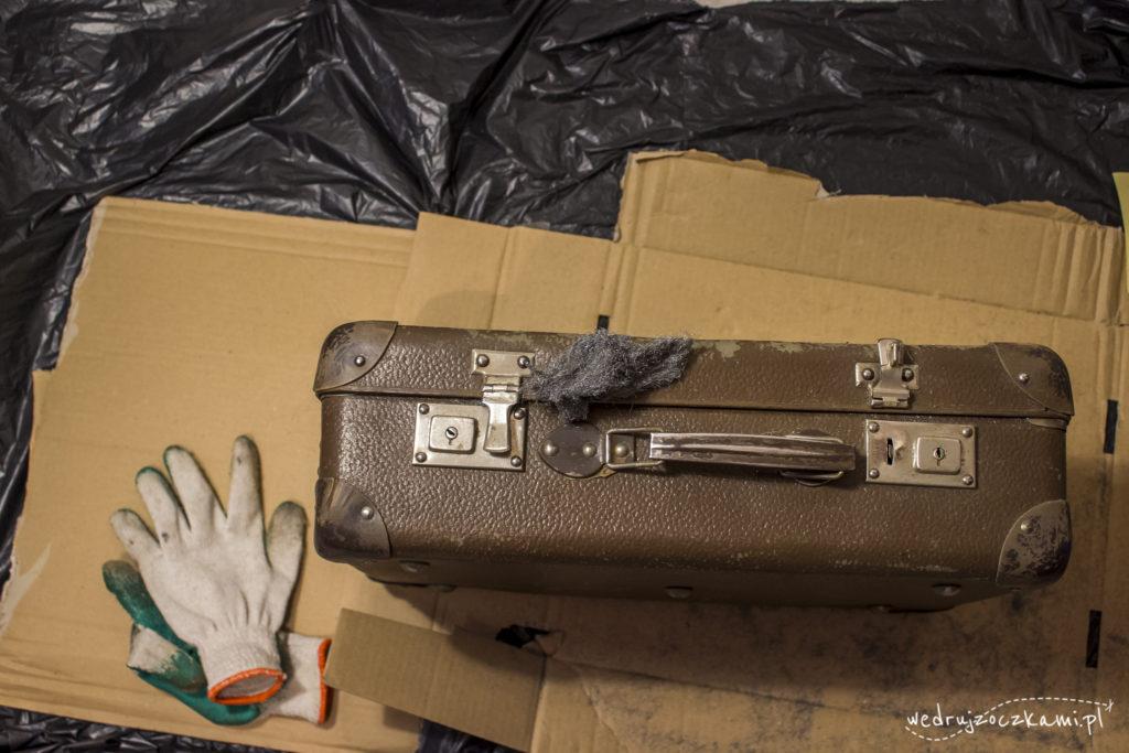 Usuwanie rdzy z metalowych elementów walizki