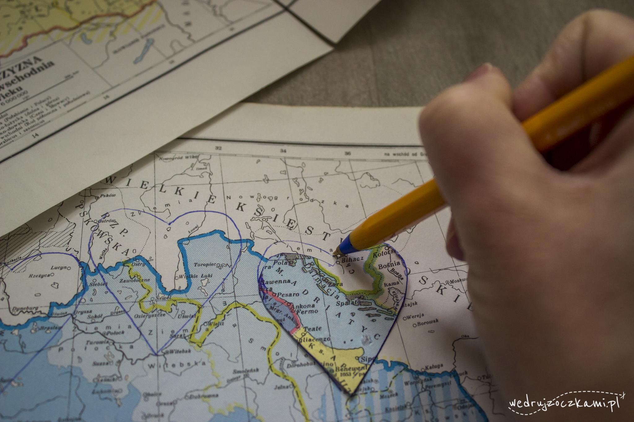 Rysowanie i wycinanie serduszek ze starych map