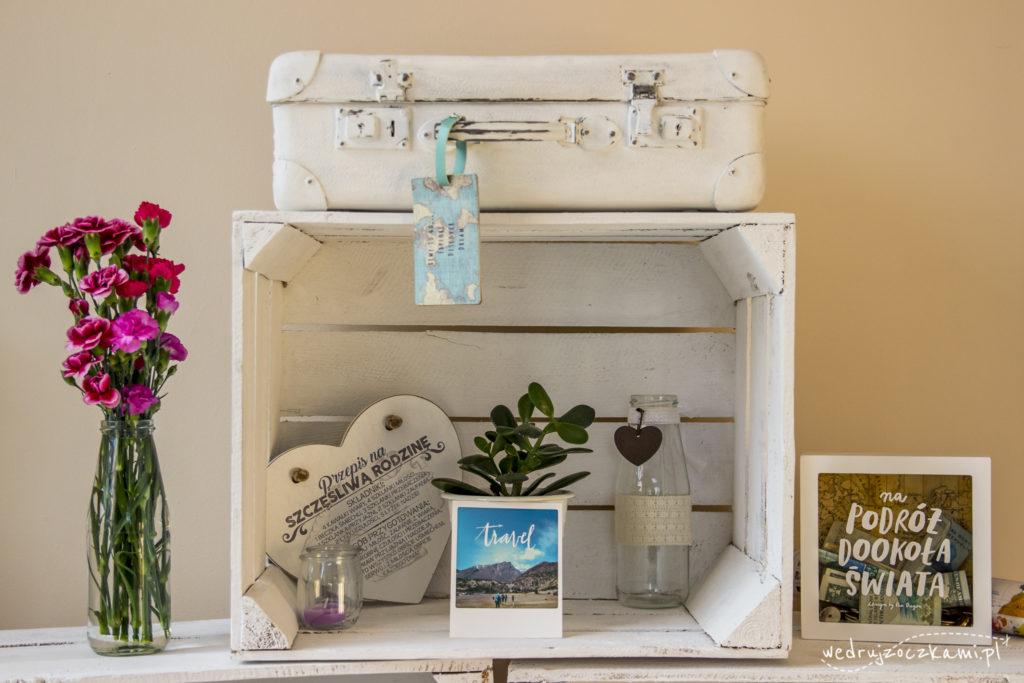 Odnowiona stara walizka jako element dekoracyjny w domu