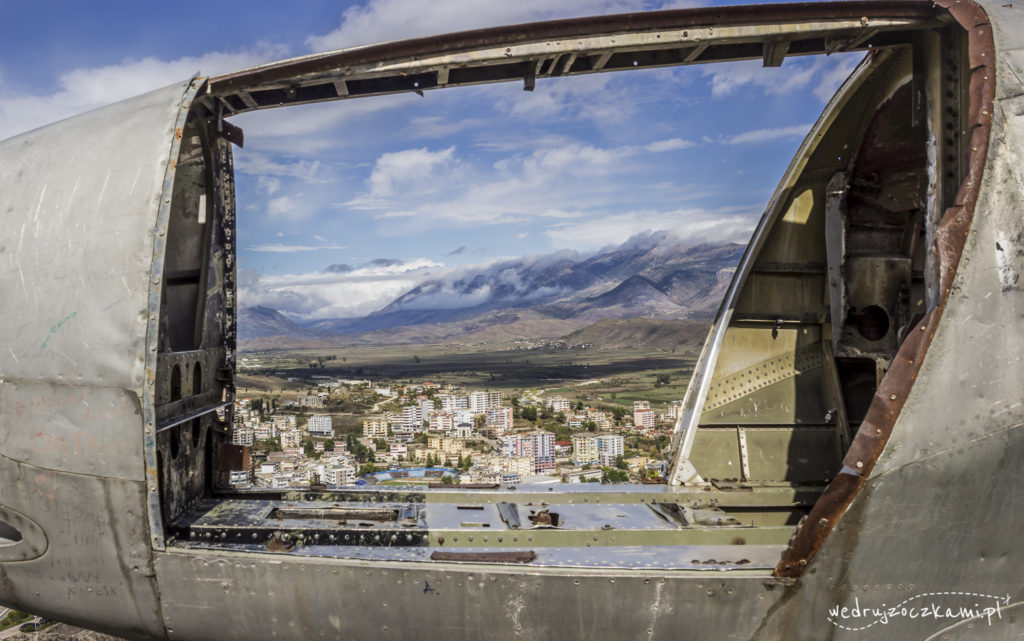 Zamek w Gjirokastrze. Wrak stanowił dla nas świetną okazję do złapania ciekawego kadru. ;)