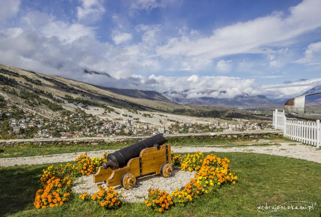 Gjirokastra- pierwsze widoki na miasto, po prawej kadłub wraku amerykańskiego odrzutowca