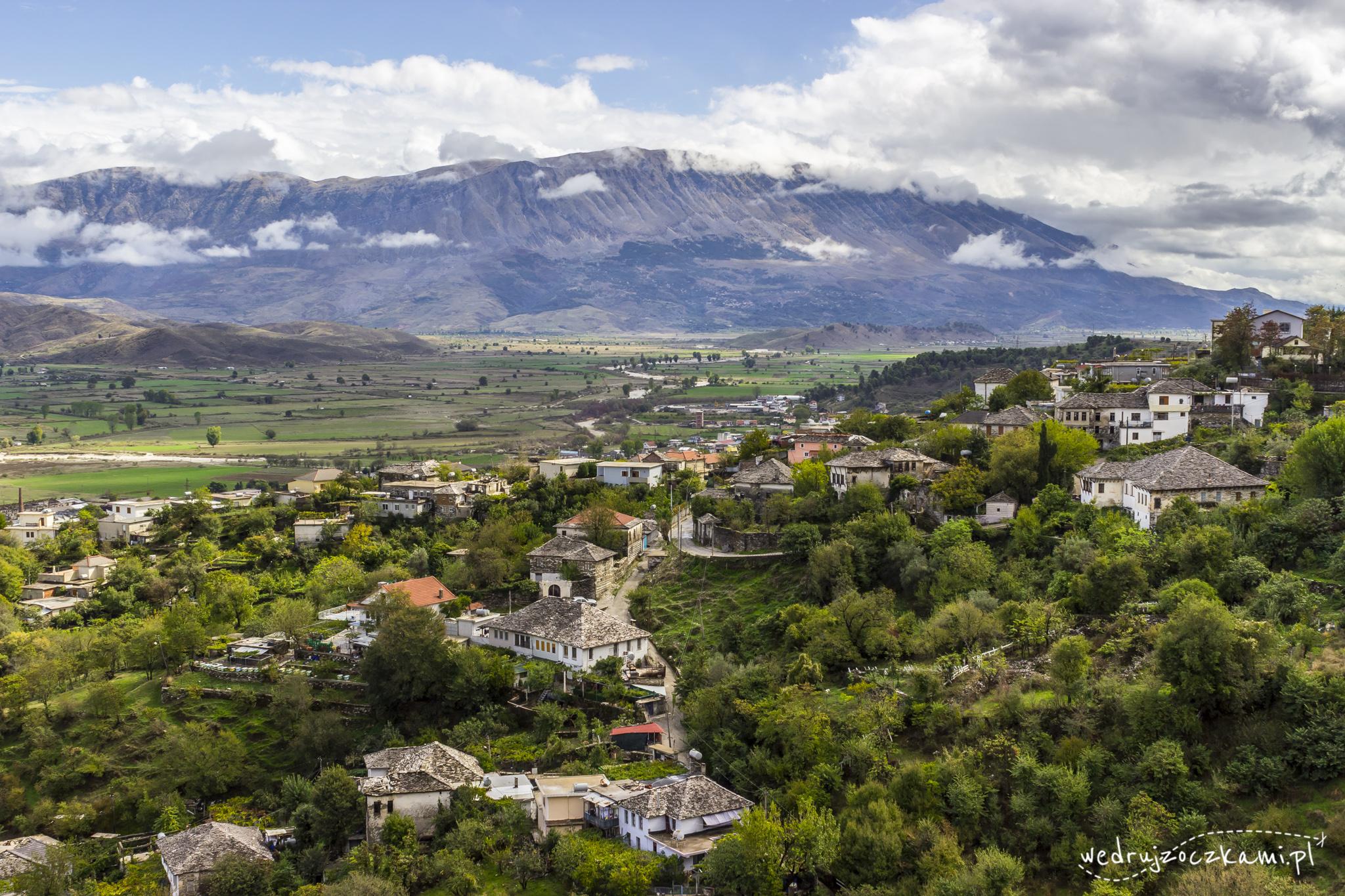 Gjirokastra, zieleń, rzeka Drino i góry :)