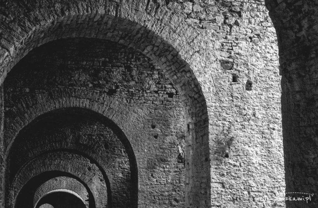 Wewnątrz zamku - łuki i światłocień stały się inspiracją do zrobienia zdjęcia
