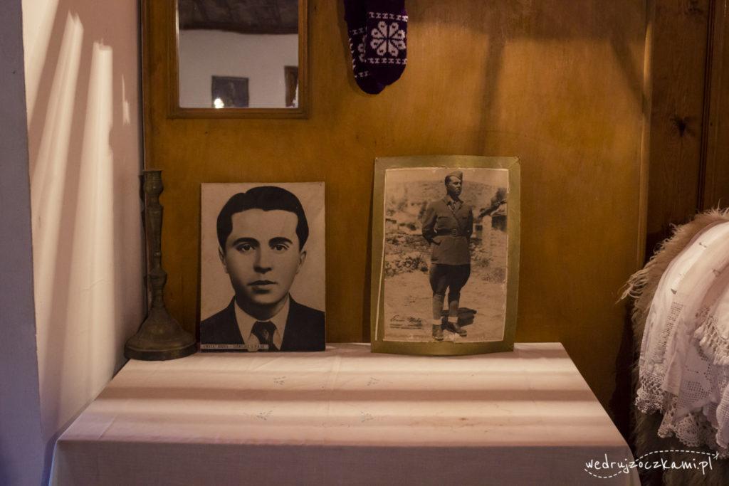 Muzeum Entograficzne. Zdjęcia Envera Hodży przy wejściu.
