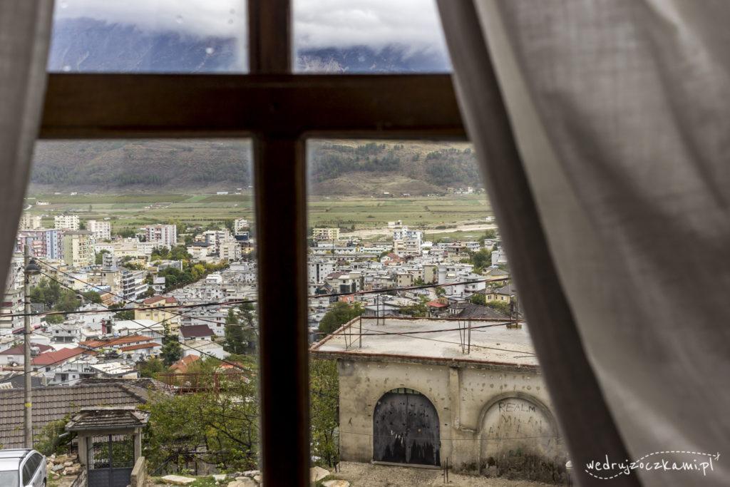Widoki z muzeum etnograficznego w Gjirokastrze na miasto