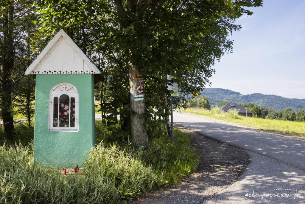 Kapliczka na Przełęczy Rydza-Śmigłego i początek naszej trasy