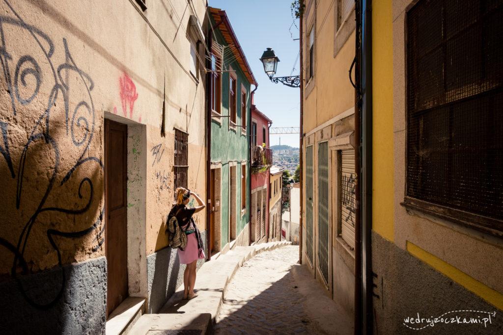 Wąskie uliczki i kolorowe kamienice, to jedna z wizytówek Porto