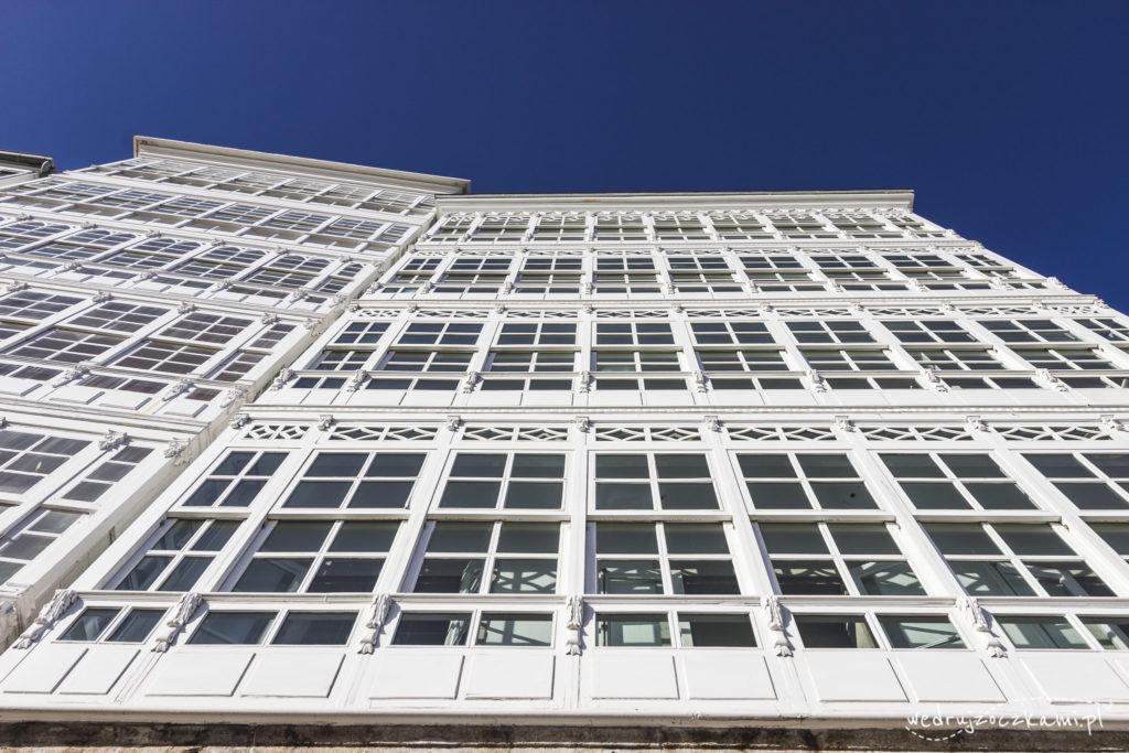 Dzięki domom, z przeszklonymi balkonami, Coruña zyskała miano Szklanego Miasta.