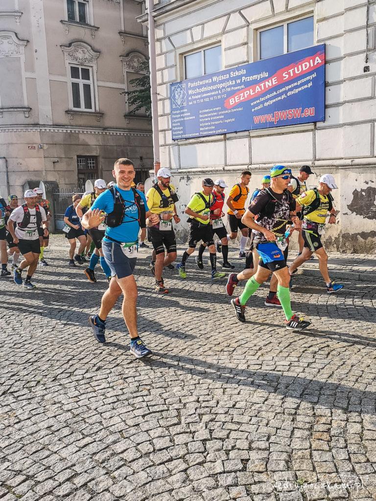 Oczko biegnie ulicami Przemyśla swój pierwszy ultramaraton