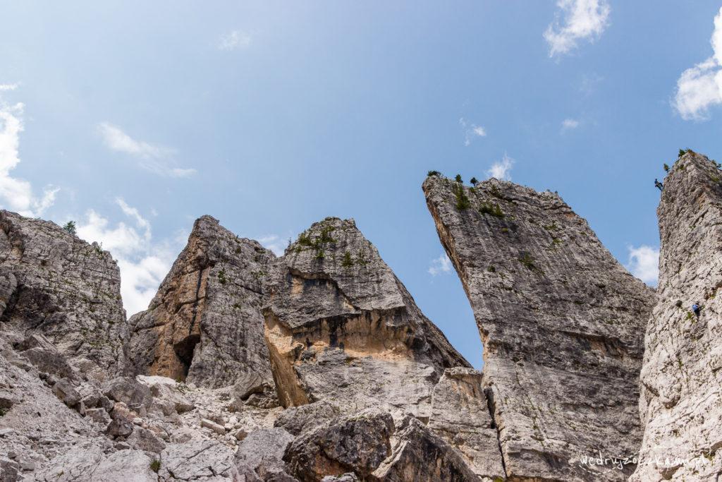 Cinque Torri z bliska. Po prawej na górze wspinacze